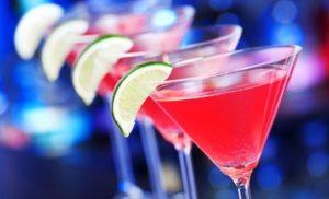 roze cocktail met limoen op de rand.