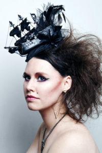 jonge vrouw met speciale make up. Schip in haar haren verweven en gecrepeerd kapsel