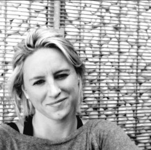 zwart wit foto met jonge vrouw met glimlach op haar gezicht. blonde halflange haren